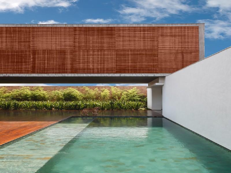 Casa de 980 m² tem linhas retas e uso intenso de muxarabi