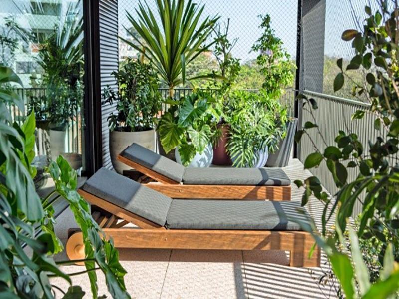 Inspire-se em 5 varandas de apartamento repletas de plantas