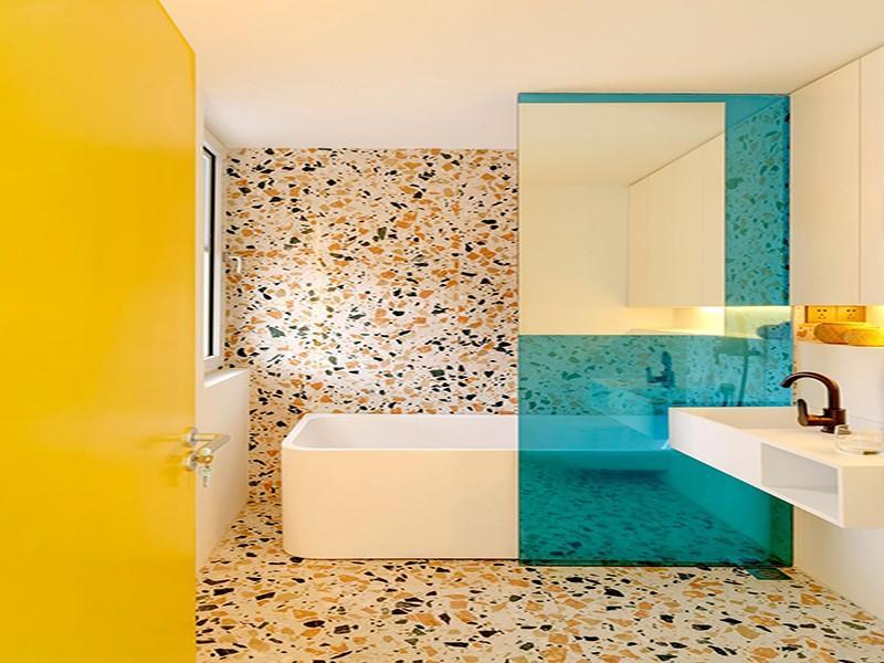 Décor do dia: banheiro revestido com terrazzo colorido