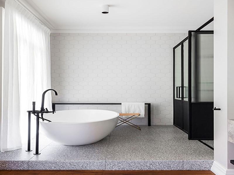 Décor do dia: banheiro minimalista com azulejos hexagonais