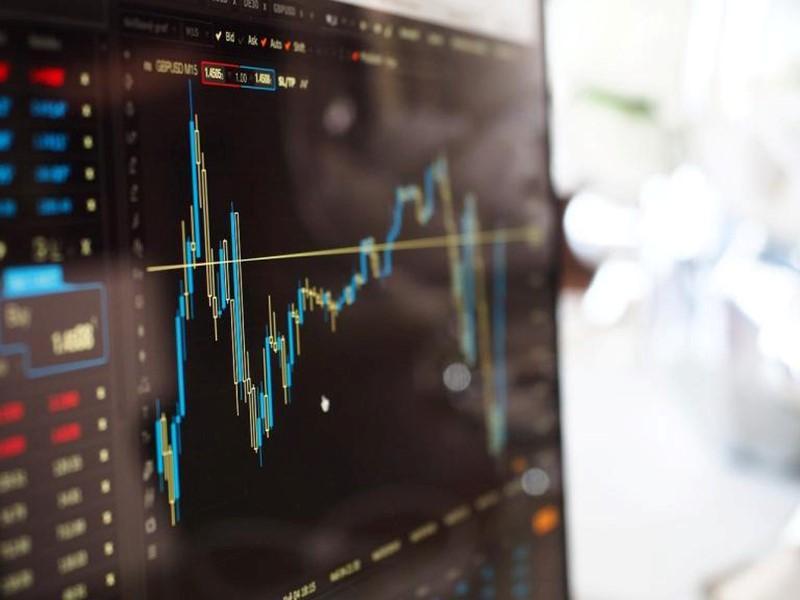 Ibovespa sobe 2,1% com alinhamento do governo para barrar reajuste de servidores; dólar cai a R$ 5,58